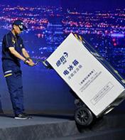 德邦使用电动爬楼机进行大货送货上门服务